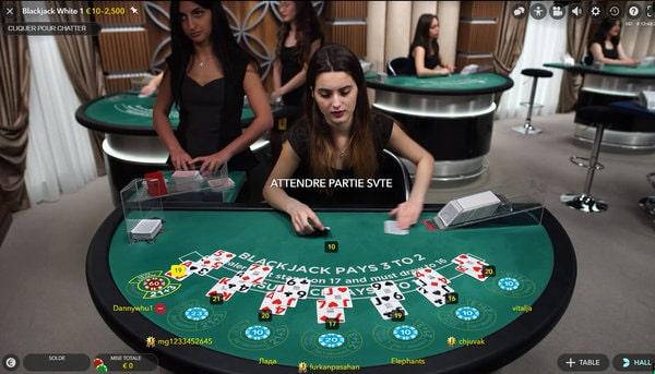 Mélange des cartes de blackjack face aux joueurs en ligne