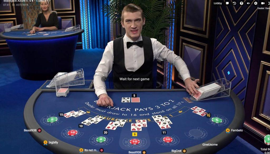 Table Blackjack Azure avec croupier en direct d'un studio Pragmatic Play Live