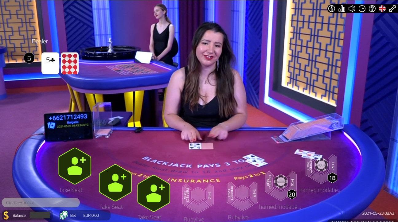 Croupière en direct a une table de Blackjack en ligne de Vivo Gaming